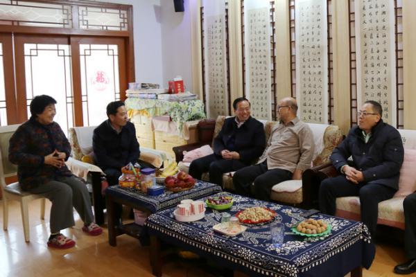 春节前夕校领导走访慰问离退休老同志