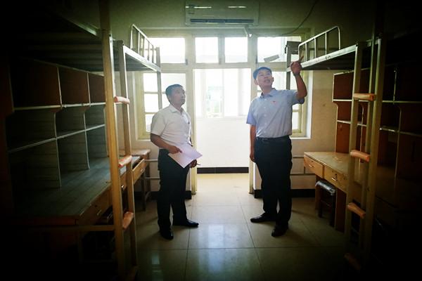 我院领导检查新生宿舍环境情况